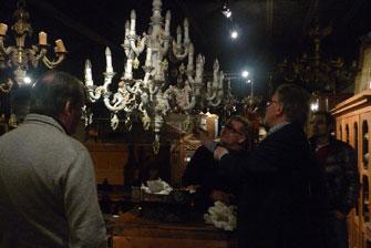 Поль де Трандэ, отвечая на вопрос, стремится показать клейма этой фарфоровой люстры. Предположительно Мейсен.