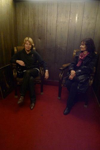 В лифте тоже стоят антикварные стулья